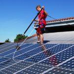 operatore lava pannelli fotovoltaici